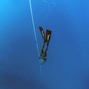 Apnoetaucher taucht mit Seil ab