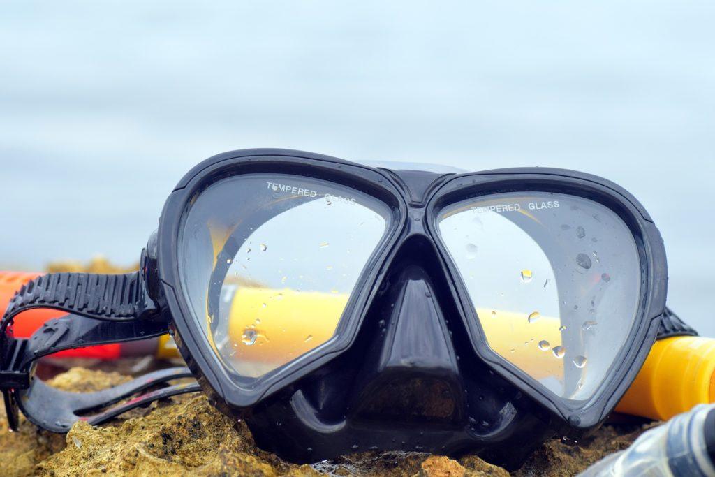 Maske gehört zur Tauchausrüstung