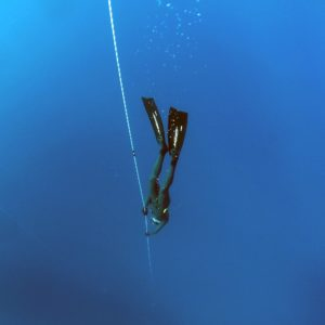 Apnoetaucher beim Abstieg mit Seil