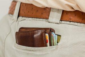 Gefülltes Portemonnaie vor einer Tauchtauglichkeitsuntersuchung