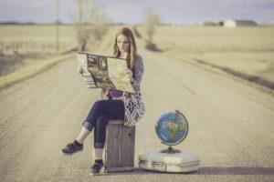 Frau sucht neues Reiseziel