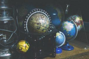 Mehrere Globen auf einem Tisch