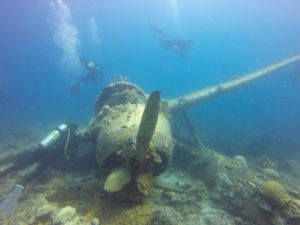 Flugzeugwrack unter Wasser