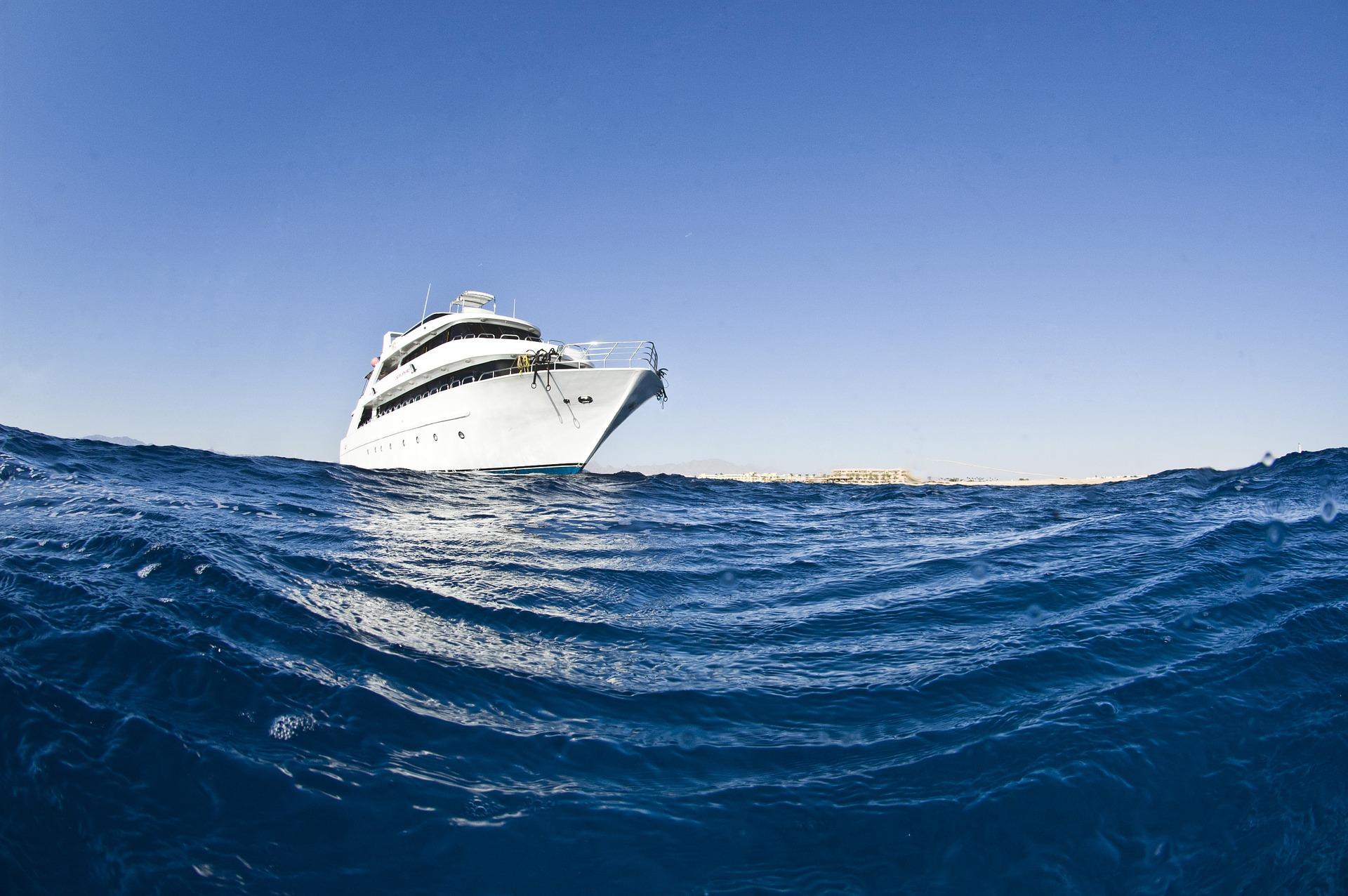 Safariboot auf offenen Meer
